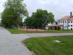 Víceúčelové hřiště za areálem škol